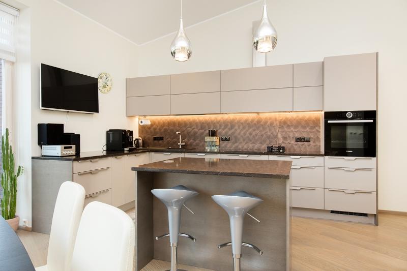 <p class=v2ikealt>Eriti pehme üleminek köögist elutuppa, mida täiustab paraja suurusega köögisaar.</p>